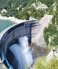 放水するダム